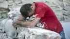 Erschöpft und verzweifelt: In der Nacht auf den 24. August 2016 ereignete sich in Mittelitalien ein Erdbeben mit der Stärke 7. Helferinnen und Helfer suchen nach Überlebenden.