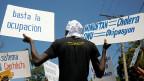 10'000 Todesopfer hat die Cholera-Epidemie in Haiti gekostet. Eingeschleppt hatten sie nepalesische Blauhelmsoldaten. Die UNO-Truppen leiteten ihre Abwässer in einen Fluss ein, dessen Wasser die Haitianer tranken. So haben sie sich angesteckt.