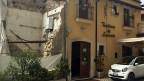 Vor dem Beben gab es im Zentrum von L'Aquila viele Ristoranti. Die Trattoria auf dem Bild hat überlebt, weil der Wirt das Haus erdbebensicher gemacht hatte. Trotzdem war auch dieses Restaurant über drei Jahre lang geschlossen.