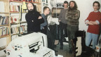 Mitglieder der Umweltbibliothek beim Drucken ihrer Zeitung.