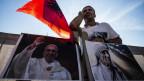 Papst Franziskus spricht Mutter Teresa, geboren in Albanien, heilig.
