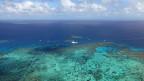 Die Hälfte der ausgebleichten Korallen des Great Barrier Reef sei am Sterben oder schon tot, sagt die Biologin. Bild: Tauchschiff vor dem Korallenriff vor der australischen Küste.