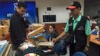 Auf Tischen liegt die Ausbeute der nächtlichen Razzia der Bangkoker Drogenpolizei: Gewehre, bunte Motorradhelme und ein paar Kisten mit Schmuggelwaren. Auch Drogen seien beschlagnahmt worden, sagt ein anwesender Polizist.