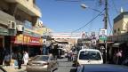An den Kandelabern und quer über die Einkaufsstrasse in Kerak hängen Plakate von Kandidaten. Die meisten wählen nicht nach einem politischen Programm, sondern sie wollen einen Abgeordneten von ihrer Sippe.