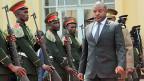 Ausgelöst wurde der Konflikt in Burundi im vergangenen Jahr durch die Weigerung von Präsident Pierre Nkurunziza, nach zwei Amtszeiten verfassungsgemäss abzutreten. Nach einer umstrittenen Wahl, die von der Opposition boykottiert wurde, trat der ehemalige Sportlehrer im Juni 2016 seine dritte Amtszeit an.