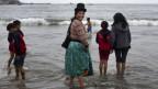 Eine peruanische Familie am Strand von Lima.