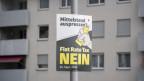 Plakat der Gegner einer Flat Rate Tax in Schwyz.