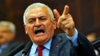 Der türkische Ministerpräsident Binali Yildirim (Bild) sagte zum Schulbeginn: «Zeigt keinerlei Nachsicht mit Lehrerkollegen, die der Gülen-Bewegung oder der PKK helfen. Lasst sie nicht in eurer Mitte leben!» Und eine Mutter sagt: «Wir bringen unsere Kinder zur Schule, ohne zu wissen, ob da noch Lehrer auf sie warten.»