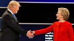 Trotz Händedruck Distanz halten – der Republikaner Donald Trump und die Demokratin Hillary Clinton an der TV-Debatte in Hempstead, New York.