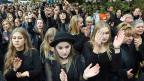 Tausende Frauen haben in ganz Polen schwarz gekleidet gegen die von der Regierung geplante Verschärfung des Abtreibungsverbotes demonstriert.