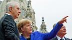 Sachsens Ministerpräsident Stanislaw Tillich, Bundeskanzlerin Angela Merkel und Bundespräsident Joachim Gauck vor der Frauenkirche in Dresden.Die Lage in Deutschland ist besser als sie sich anfühlen mag, die Arbeitslosigkeit etwa ist so tief wie nie seit der Wiedervereinigung vor 26 Jahren.
