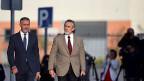 Francisco Correa (rechts im Bild, auf dem Weg zum Gericht) ist kaum bekannt Er hielt sich meist im Hintergrund; für seine Geschäfte war das besser.