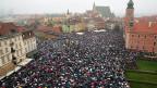 Luftaufnahme auf den Schlossplatz in Warschau, wo am Montag zehntausende Frauen gegen die Verschärfung des Abtreibungsgesetzes protestiert haben. Die konservative Partei «Recht und Gerechtigkeit» geht mit dem Nein zur Verschärfung des Abtreibungsgesetzes nicht in die Knie vor der Strasse. Sie beweist nur, dass sie politisch kalkulieren kann.