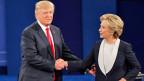 Der republikanische Präsidentschaftskandidat Donald Trump und die demokratische Präsidentschaftskandidatin Hillary Clinton beim Händedruck vor der zweiten TV-Debatte am 9. Oktober 2016.