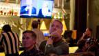 Gespannt verfolgen Gäste eines Restaurants die zweite Fernseh-Debatte von Hillary Clinton und Donald Trump.
