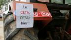 «CETA war gestern!» Gesehen an einem Traktor vor dem wallonischen Regional-Parlament in Namur, Belgien.