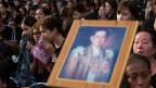 Viele weinten und beteten, andere umklammerten Porträts des Königs.