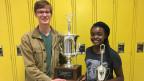Der Debattierclub nimmt an lokalen und nationalen Wettbewerben teil. Xavier und Valerie haben schon Auszeichnungen gewonnen.