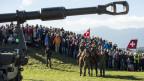 Die Armee lädt zum Volksfest: Tausende Besucher verfolgen das Defilee in Thun.