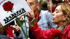 Parteimitglieder protestieren dagegen, dass die Sozialisten im Parlament die Regierung Rajoy dulden wollen.