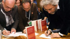 Journalist Can Dündar signiert sein Buch an der Franfurter Buchmesse.