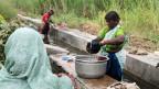 Wasser ist Grundlage allen Lebens – und die Ursache vieler Konflikte. In einem kleinen, betonierten Kanal in Mandya waschen Frauen ihre Kleider.
