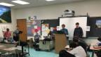 Justin und Gabriel führen an der Walt Whitman High School jüngere Schüler in die Kunst des Debattierens ein.