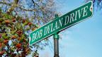 «Bob Dylan Drive» steht auf einem grünen Strassenschild in der Stadt Hibbing im US-Bundesstaat Minnesota, wo Literaturnobelpreisträger Bob Dylan seine Kindheit verbracht hat.