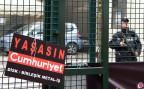 Ein Protestplakat mit der Aufschrift: «lang lebe Cumhurriyet»