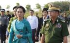 Die burmesische Aussenministerin Aung San Suu Kyi zusammen mit General Min Aung Hlaing am Flughafen von Naypyitaw.