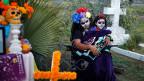 Die Latinos könnten das Zünglein an der Waage sein, wenn am kommenden Dienstag in den USA eine Präsidentin oder ein Präsident gewählt wird. Bild: Festlichkeiten auf eine Friedhof in Los Angeles an Allerheiligen, dem «Dia des los Muertes».