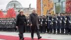Staatsempfang für den schweizerischen Bundespräsidenten. Angnela Merkel und Johann Schneider-Ammann auf dem roten Teppich vor der Ehrengarde.