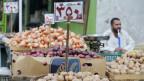 In Ägypten explodieren die Preise. Ein Verkäufer am Markt am Aberdeen Square in Kairo, Ägypten.
