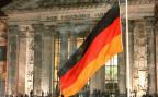 Die deutsche Fahne vor dem Reichstagsgebäude in Berlin.