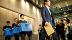Der Korruptionsskandal um die südkoreanische Präsidentin wirft Wellen: Mitglieder der Staatsanwaltschaft tragen Kisten mit beschlagnahmtem Material aus dem Samsung-Geschäftssitz in Seoul.