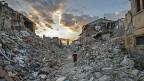 Ab einer Stärke von 5.5 stürzen die ersten Häuser ein. Die letzten Erdbeben erreichten Werte von bis zu 6.5. Bild: Eine Strasse im Dorf Amatrice Ende August.