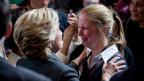 Die demokratische Präsidentschaftskandidatin Hillary Clinton tröstet eine Supporterin nach der Niederlage.
