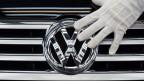 VW will mehr Autos bauen – mit weniger Mitarbeiter. Der Stellenabbau soll aber ohne Entlassungen vollzogen werden.
