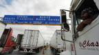 Ohne NAFTA, dem Vertrag zwischen Kanada, den USA und Mexiko würden die Zölle wieder auf das Niveau steigen, das im WTO-Rahmen gilt. Da dort die Zölle für Exporte nach Mexiko höher sind als die für Exporte von Mexiko in die USA, würden die USA schlechter fahren. Bild: Lastwagen an der Grenze zwischen Mexiko und den USA.