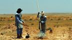 6461 Menschen wurden im vergangenen Jahr durch Landminen getötet, unter den Opfern waren viele Kinder. Bild: Frauen räumen Minen auf der jordanischen Seite der jordanisch-syrischen Grenze.