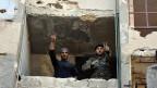 Syrische Soldaten zeigen das Siegeszeichen in Aleppo, Syrien, am 27. November 2016.