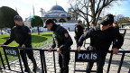 Sicherheitskräfte sichern das bei Touristen und Touristinnen beliebte historische Quartier Sultanahmet in der Innenstadt von Istanbul.