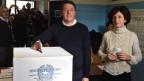 Der italienische Premierminister Matteo Renzi und seine Frau stimmen in der Nähe von Florenz über das Referendum ab.
