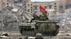 Russische Soldaten patrouillieren im Februar 2000 in der zerstörten tschetschenischen Hauptstadt Grosny,