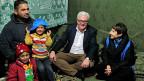 Der deutsche Aussenminister Frank-Walter Steinmeier sitzt mit einer Familie in einem Flüchtlingslager im libanesischen Bekaa-Tal.