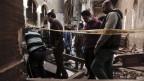 Sicherheitskräfte untersuchen den Tatort in der Markuskathedrale in Kairo.
