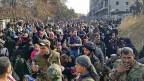 Eine riesige Menschenmenge versucht, aus dem Osten Aleppos an einen sicheren Ort zu gelangen.
