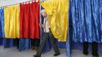 Letztlich könnten die siegreichen Sozialdemokraten keine gute Wirtschaftspolitik betreiben – wegen ihrer Neigung zur Korruption, meint der rumänische Ökonom Lucian Isar im Echo-Beitrag. Bild: Wahllokal in Bukarest.