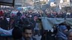 Menschen warten in Aleppo darauf, aus der zerstörten Stadt evakuiert zu werden. Aufnahme vom 15. Dezember 2016.
