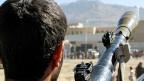 Beim Aufstand in Jemen spielt der Iran eine Rolle – aber nicht die Hauptrolle. Bild: Ein jemenitischer Huthi-Kämpfer trägt eine Waffe zum Abschiessen von Panzergranaten.